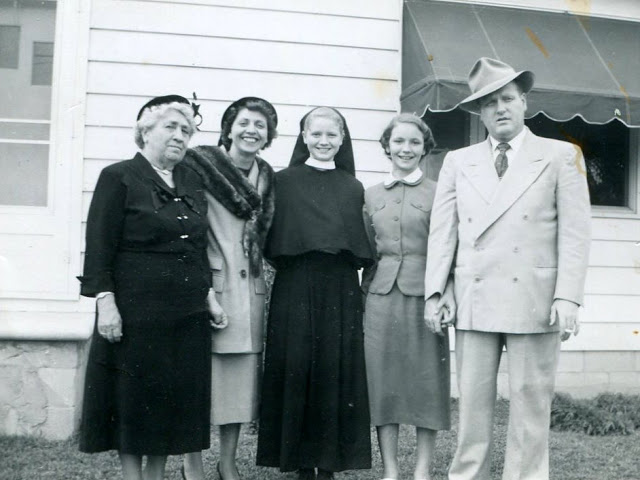 img535Mrs. Moroff's mother, Mrs. Robert Moroff, Moroff sisters, & father Bob-Moroff. Iron Mt, Neighbors.